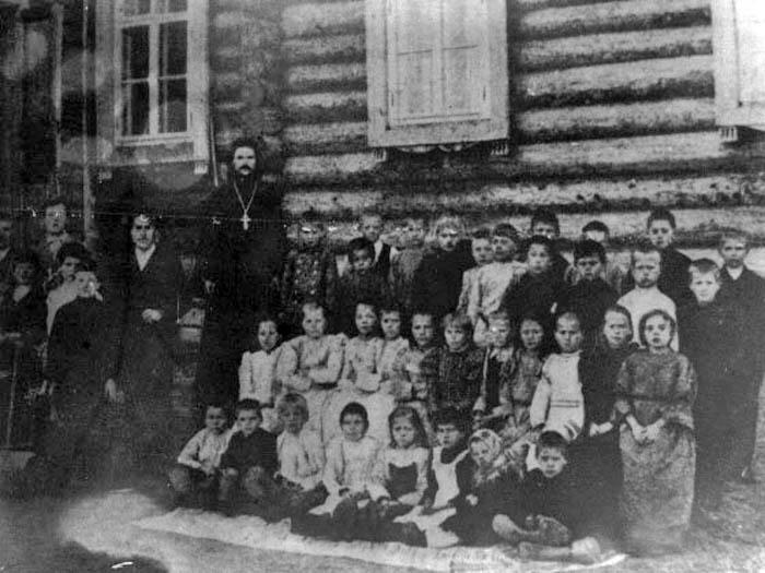 священник Спасский с детьми - местная школа
