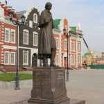 На набережной, около нового пешеходного моста и улицы Гоголя.