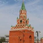Благовещенская башня находится в центре города на площади.