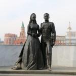 Памятник Грейс Келли и князю Монако Ренье III установлен возле ЗАГСа на набережной «Брюгге».