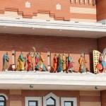 Архитектурный комплекс «12 апостолов» построен по мотивам замка Шереметьева. Здесь же находятся анимационные часы: каждые три часа (с 9.00 до 21.00) под музыкальное сопровождение из башни выходят «12 апостолов» во главе с «Иисусом» и проходят по балкону