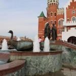 Фонтан-памятник православным святым покровителям семьи и брака Петру и Февронии.